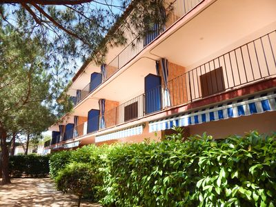 Apartment ground floor on 2nd line of sea, free and very central parking!