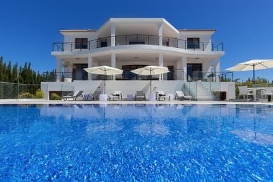 The Majestic Includes: 2 Hot Tubs & Infinity Pool, with Jacuzzi. Ultimate Luxury