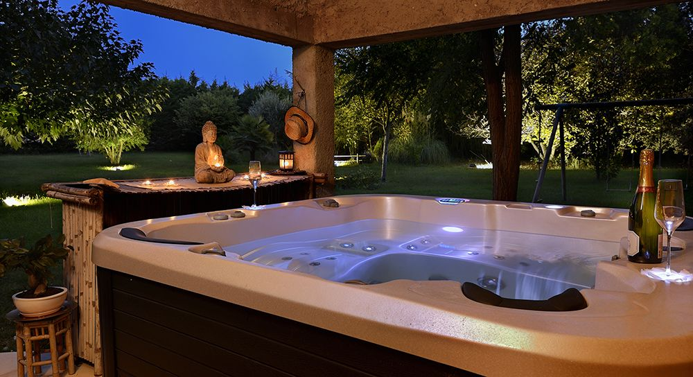 petit gite dans un cadre zen avec piscine et jacuzzi orgon location de vacances g te avec. Black Bedroom Furniture Sets. Home Design Ideas
