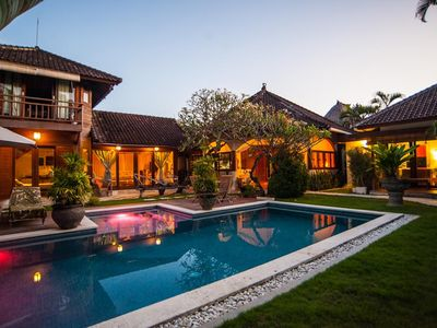 Flora, 3br Villa With Large Pool,Central Seminyak