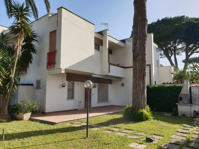 Photo for Small villa with garden a stone's throw from the sea