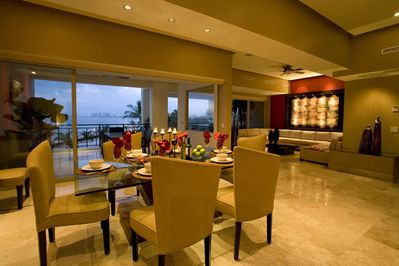 Enjoy dinner for 8 with friends with a complete view of Bandera Bay