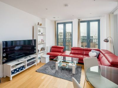 Photo for Bright & modern 1 bedroom flat in Vauxhall!