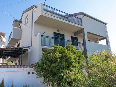 Cosy, three-bedrooms, terrace & outdoor dining area, close to the beach