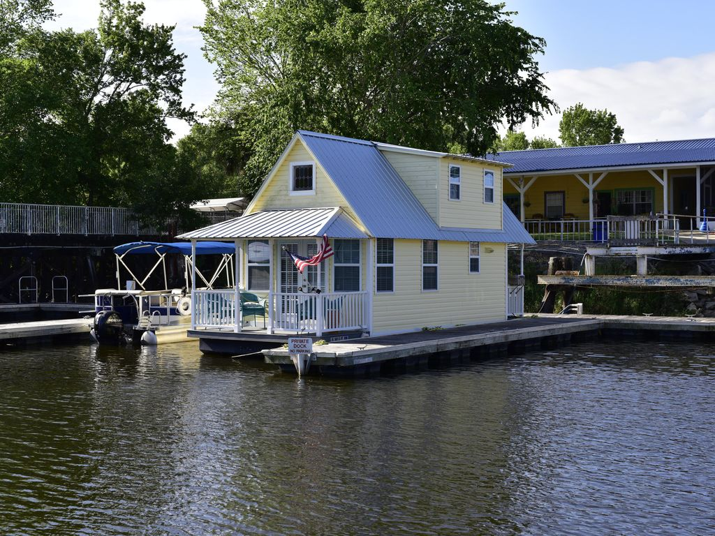 Floating Cottage       Gently on the river - Sanford