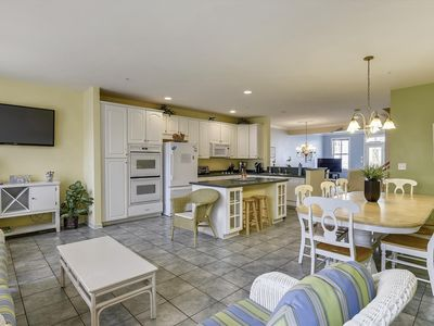 Photo for Exquisite Bay Resort Townhome - Pools, Clubhouse, Private Bay Beach