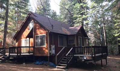Cozy cabin 25 miles from Bear Valley skiing w/ easy access to shops/restaurants