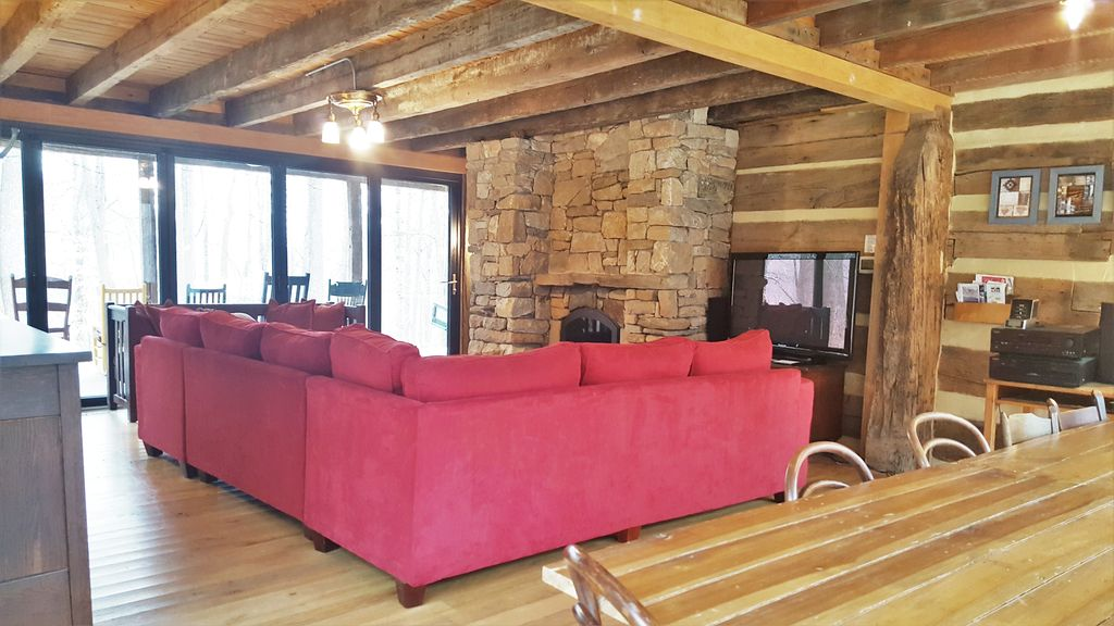 Restored double log cabin on 400 mountain a homeaway for Charlottesville cabin rentals hot tub