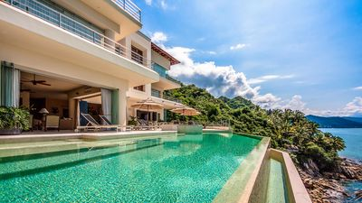 Large Heated saltwater infinity pool & Jacuzz