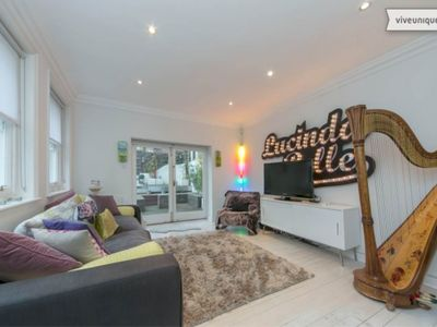 Photo for UP TO 20% OFF - Stylish home sleeping 6 located in desirable Kensington (Veeve)