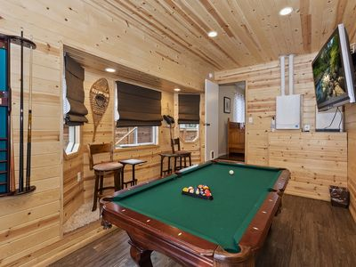 Hawks Nest: Near Snow Summit! Game Room! Hot Tub! Pet Friendly! Cute Backyard! Cable TV! Fireplace!