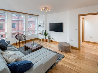 Photo for Spacious 2 Bed Sleeps 6, 10 mins to Victoria