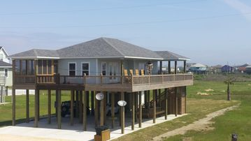 New 3/2 ~Sleeps 8 ~100 Ft From The Beach With Large Deck And Beautiful View