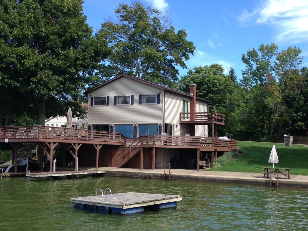 Waterfront findley lake retreat with boatho vrbo for Waterfront retreat