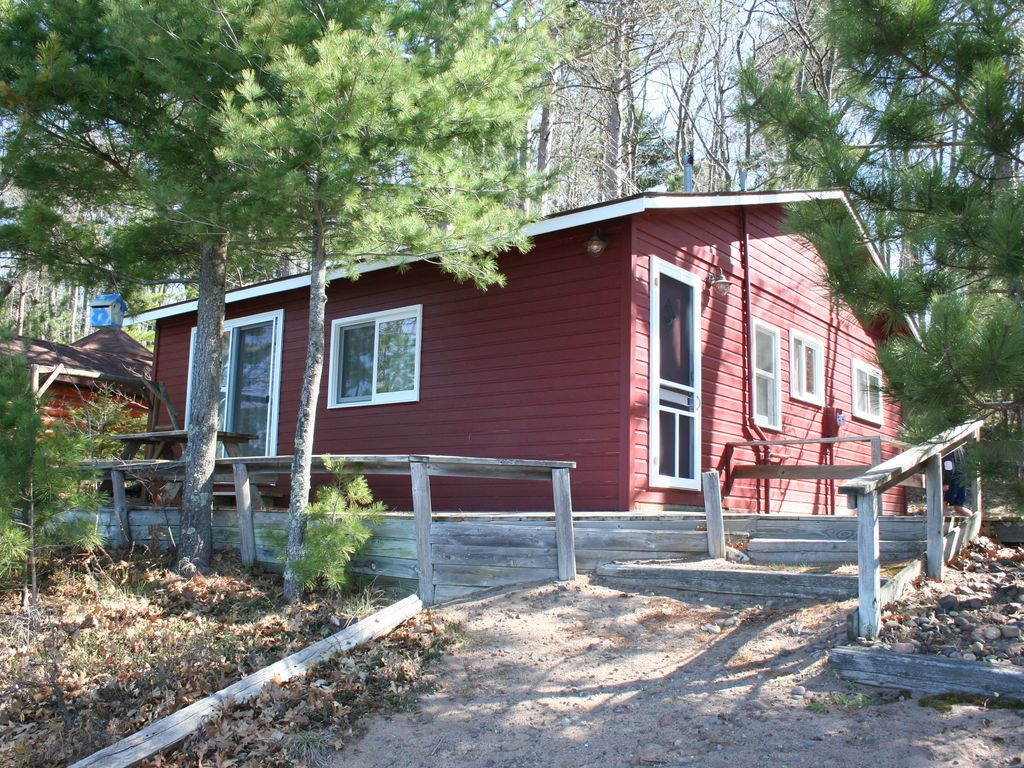 Little red cabin on round lake in hayward wisconsin for Northwoods wisconsin cabin rentals