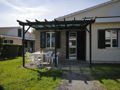 Photo for Cosy apartment for 5 people with pool, A/C, WIFI, TV, patio, pets allowed and parking