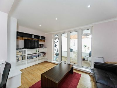 Photo for Tooting 2 bed apartment 30mins to central London