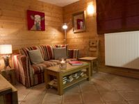 Really cosy property within easy distance of the main centre. Can either ski in or get a 3 min bus.