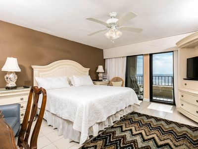 Gulf front Master bedroom with luscious ascent wall and balcony - King size bed with new bedding and amazing beach views!