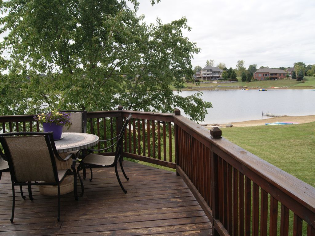 Lakefront Home sleeps 10, short drive to The Big House!