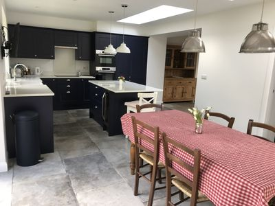 Central Modern open plan house 3 ensuite bedrooms, dog friendly.