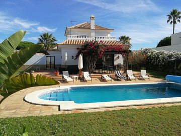 INDEPENDENT VILLA POOL NEAR SEA GOLF (Wifi access)