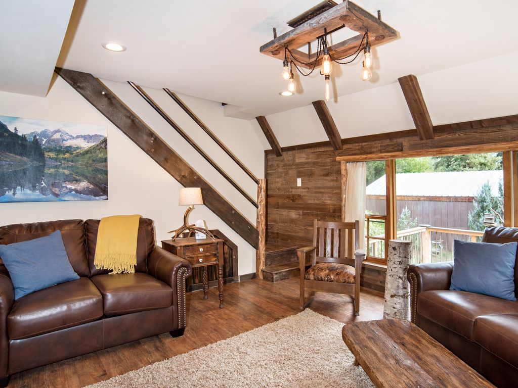Cozy creekside cabin a short drive to glenwood springs for Cabins for rent near glenwood springs