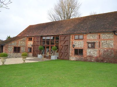 Photo for Barn conversion, 10 mins from Henley-on-Thames. Tennis court & indoor pool.