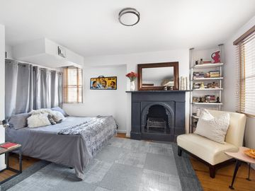Lovely Spacious Bedroom & Private Bath in Enchanting Historic Home