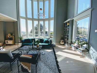 Photo for Modern, renovated 4br house, soaring ceilings