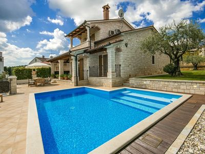 Photo for Detached villa with private swimming pool and spectacular views of Motovun