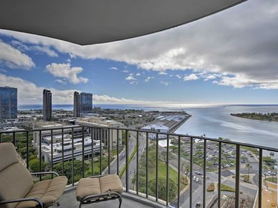 Photo for Honolulu Condo on 26th Floor w/Ocean Views & Lanai