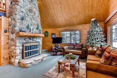 This darling cabin has only luxurious amenities and is decorate in cute mountain decor.