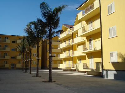 Photo for Air conditioned, modern, shared pool, close to beach and amenities.