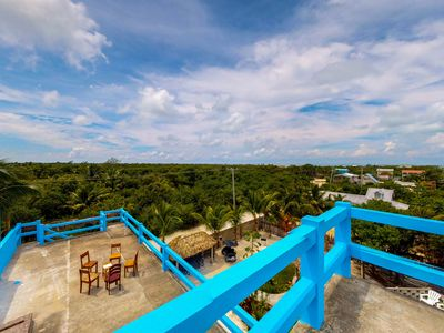 Cozy tropical retreat close to the beach with shared grill & provided kayak