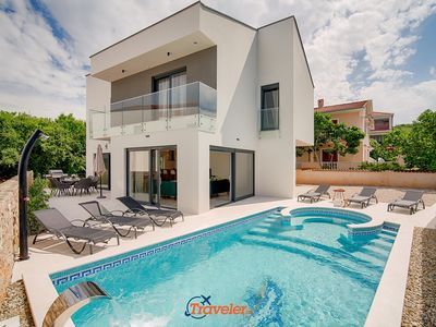 Photo for Beach villa with pool and jacuzzi, 40 meters from the sea, sea view