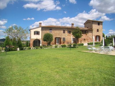 Photo for Cosy apartment in villa with WIFI, pool, TV and washing machine, close to San Gimignano