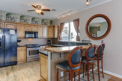 *****KITCHEN WITH BREAKFAST BAR, GAS STOVE***