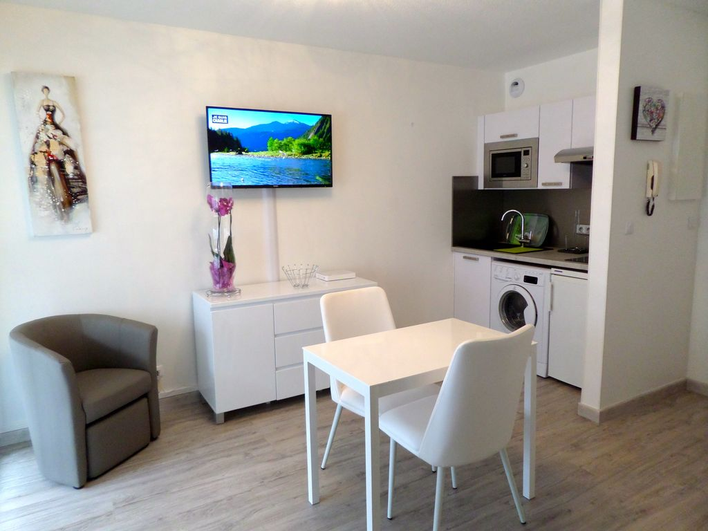 BIARRITZ STUDIO 3*** CENTRE - 300 M PLAGE - PARKING - WIFI - TERRASSE - DRAPS