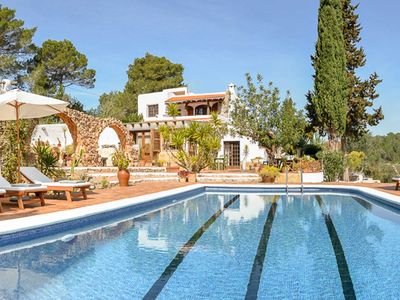 Photo for Beautiful family villa, with pool, 6 bedrooms and 13 sleeps.