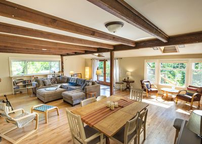 Large living room, high ceilings, seating for six at the table