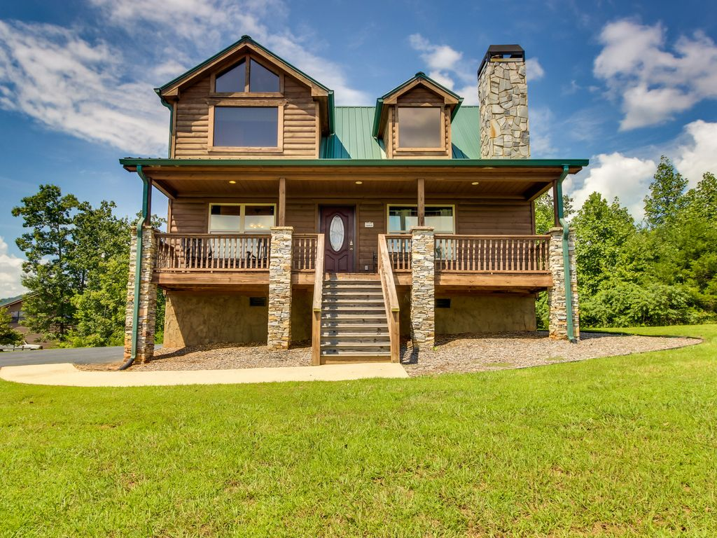 Dog friendly home with private hot tub poo vrbo for 8 bedroom cabins in helen ga