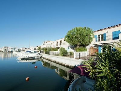 Photo for Mediterranean holiday home right on the water with a dock near the lively Aigues Mortes.