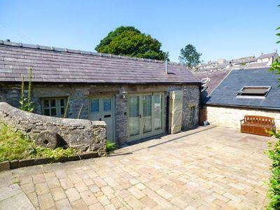 Photo for THE STABLES, pet friendly, with a garden in Tideswell, Ref 938517
