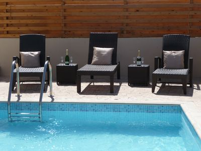 Sunbathe and cool off in the pool!