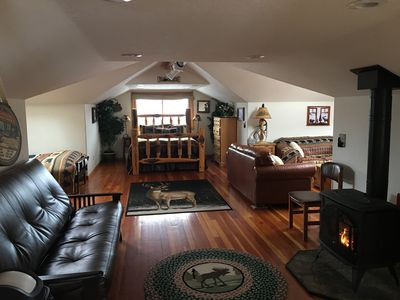 1000 sq.ft: Queen size log bed, 2 queen sized futons and a queen size couch bed