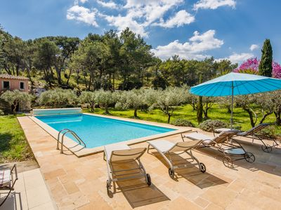 Photo for Old sheepfold with swimming pool in the heart of the Alpilles