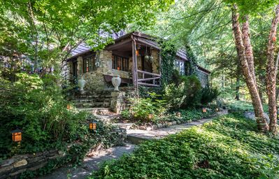 STEPPING STONES, Candlewood Lake Cottage, 3BR 2BA w/ Hot Tub & Pool Table!