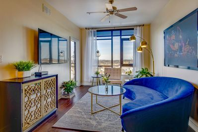 Beautiful Decor, Riverfront Balcony, GREAT Location near EVERYTHING!