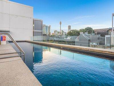 Photo for Highly rated chic inner city 1 bedder with parking, pool and gym